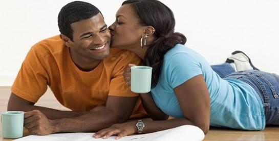 Avec l'avènement du SIDA et la peur que cette maladie a provoqué, les autres maladies sexuellement transmissibles sont en quelque sorte oubliées et rares sont les dispensaires et autres centres de santé qui se donnent la peine de les rechercher pour une prise en charge efficace. Autres fois appelées maladies vénériennes (de Vénus, la déesse de l'amour dans la mythologie gréco romaine), les MST (Maladies Sexuellement Transmissibles) ou encore IST (Infections Sexuellement Transmissibles) sont toutes infections susceptibles d'être transmises durant les rapports sexuels avec contact génital. Ces maladies sont fréquentes et ne sont toujours pas diagnostiquées à temps. Elles ont une charge lourde du point de vue hygiénique, sociale et économique tant pour l'individu que pour la société. La blennorragie Le fléau de Vénus. Le rhume académique des étudiants des années 70-80 Des brulures ressenties quand on urine, un écoulement purulent au niveau du pénis chez l'homme sont les signes dominants de la blennorragie encore appelée gonococcie (du nom de l'agent causal le Neissera gonorhoeae ) Chez la femme on remarque plus des pertes vaginales et une inflammations des trompes et des ovaires .Le grand risque chez la femme est l'infertilité. A long terme une blennorragie mal soignée peut être à l'origine d'inflammation de la prostate, des testicules ou d'un rétrécissement du conduit urinaire qui va exiger une intervention chirurgicale. Faut-il attendre le diagnostic de certitude pour traiter ? La chlamydiose Oui parce qu'une autre infection sexuellement transmissible la chlamydiose tout aussi fréquente présente des signes plus ou moins semblables. Chez l'homme des démangeaisons au pénis, des douleurs ou des brulures quand on urine, écoulement parfois et douleurs testiculaires peuvent créer la confusion. La femme peut aussi ressentir des douleurs en urinant, des douleurs abdominales, des pertes vaginales inhabituelles et malodorantes, des saignements entre les menstruations ou après 